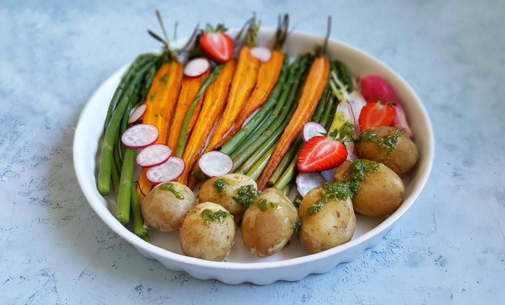 Młode ziemniaki ze szparagami i młodą marchewką